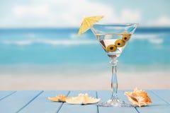 Стекло коктеиля на пляже Стоковые Изображения RF