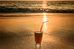 Стекло коктеиля на пляже Стоковая Фотография