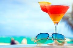 Стекло коктеиля плодоовощ и голубых солнечных очков дальше Стоковая Фотография