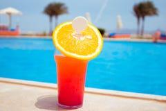 Стекло коктеиля плодоовощ на бассейне Стоковые Изображения