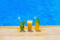 Стекло коктеиля плодоовощ на бассейне Стоковое Изображение RF
