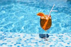 Стекло коктеиля спирта около бассейна Стоковое Фото