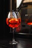 Стекло коктеиля с красным питьем на деревянном столе Стоковые Фотографии RF