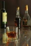 Стекло коньяка, рябиновки или whiscy на таблице зеркала бутылки в баре на предпосылке Стоковое Изображение RF