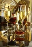 Стекло коньяка, рябиновки или whiscy на таблице зеркала бутылки в баре на предпосылке Стоковая Фотография