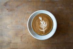 Стекло кофе latte на деревянном столе Стоковое фото RF