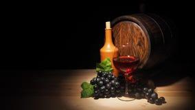 Стекло красного вина и бочонка на деревянном столе Стоковое фото RF