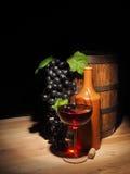 Стекло красного вина и бочонка на деревянном столе Стоковая Фотография