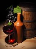Стекло красного вина и бочонка на деревянном столе Стоковая Фотография RF