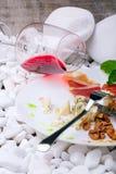 Стекло красного вина и мясного блюда на белых камнях Куски солёной ветчины и сыра рокфора на белой плите Стоковые Изображения RF
