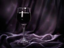 Стекло красного вина на пурпуре струилось silk ткань Стоковое Изображение RF