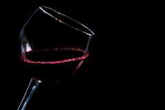 Стекло красного вина на черной предпосылке стоковые фотографии rf