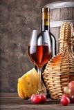 Стекло красного вина с бутылкой и бочонка на таблице Стоковое фото RF