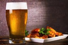Стекло крылов цыпленка пива и буйвола Укусы пива стоковые фотографии rf
