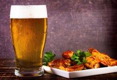 Стекло крылов цыпленка пива и буйвола Укусы пива стоковое фото rf