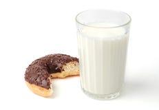 Стекло молока и донута Стоковое Фото