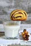 Стекло молока и плюшки с циннамоном Стоковое Изображение RF