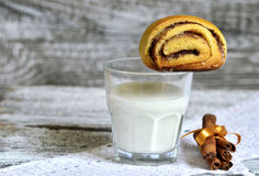 Стекло молока и плюшки с циннамоном Стоковая Фотография RF