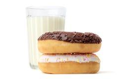 Стекло молока и donuts Стоковая Фотография
