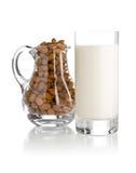 Стекло молока миндалины с миндалинами Стоковое Изображение