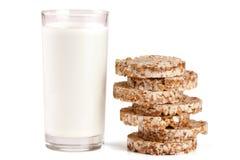 Стекло молока при crispbreads зерна изолированные на белой предпосылке Стоковая Фотография RF