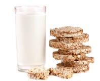 Стекло молока при crispbreads зерна изолированные на белой предпосылке Стоковая Фотография
