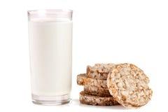Стекло молока при crispbreads зерна изолированные на белой предпосылке Стоковое Фото
