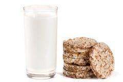 Стекло молока при crispbreads зерна изолированные на белой предпосылке Стоковое Изображение