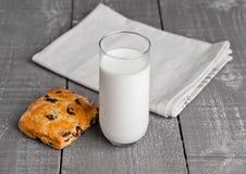 Стекло молока с свежими scones с изюминками Стоковые Изображения RF