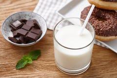 Стекло молока с donuts и шоколадным батончиком Стоковое Изображение RF