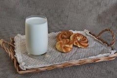 Стекло молока с 3 donuts на подносе Стоковые Изображения RF