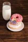 Стекло молока с donuts на плите на деревянной предпосылке Стоковое фото RF