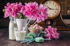 Стекло молока с macaroons на деревянном столе Стоковое Изображение
