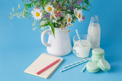 Стекло молока с striped помадками и macaroons соломы Стоковое Изображение RF