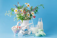 Стекло молока с striped помадками и macaroons соломы Стоковые Фотографии RF