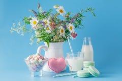 Стекло молока с striped помадками и macaroons соломы Стоковые Изображения