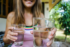 Стекло молодой женщины предлагая чисто воды Стоковое Изображение RF