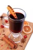 Стекло обдумыванных вина и ингридиентов, селективного фокуса стоковое фото rf