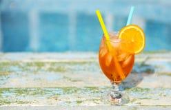 Стекло оранжевого коктеиля с куском апельсина и соломы Стоковое Изображение
