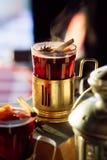 Стекло очень вкусного потока glintwein вишни с циннамоном Стоковые Изображения RF