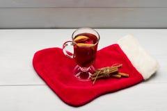 Стекло очень вкусного glintwein или обдумыванного горячего вина Стоковое Изображение RF