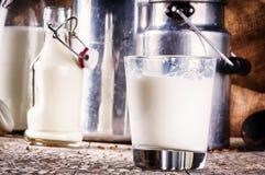 Стекло парного молока в установке страны Стоковое фото RF