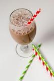 Стекло пенистого шоколадного молока с красной бумажной соломой Стоковая Фотография
