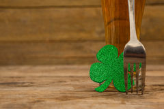 Стекло пива, вилки и shamrock на день St Patricks Стоковые Фото