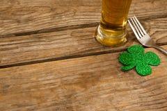 Стекло пива, вилки и shamrock на день St Patricks Стоковая Фотография