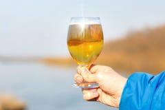 Стекло пива в руке Стоковые Изображения RF