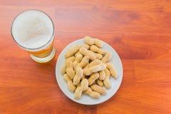 Стекло пива и арахисов Стоковое фото RF