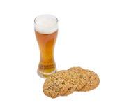 Стекло пива и смачного печенья, взбрызнутое с различными семенами Стоковое Изображение