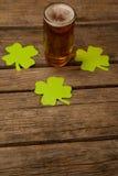 Стекло пива и shamrock на день St Patricks Стоковые Фотографии RF