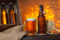 Стекло пива с деревянной клетью стоковые фото